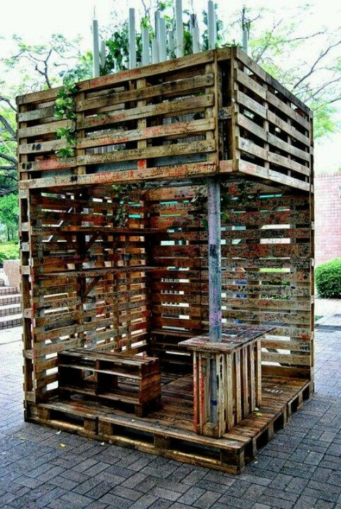 Pallets wood pallet into a tree house pallets for Wood pallet fort