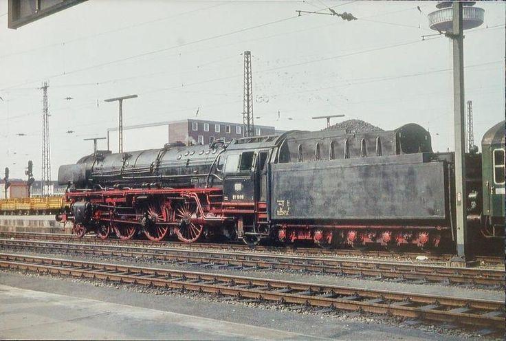 HANNOVER Hauptbahnhof 1963. Ein Schnellzug mit einer der ersten Dampfloks der Baureihe 01.