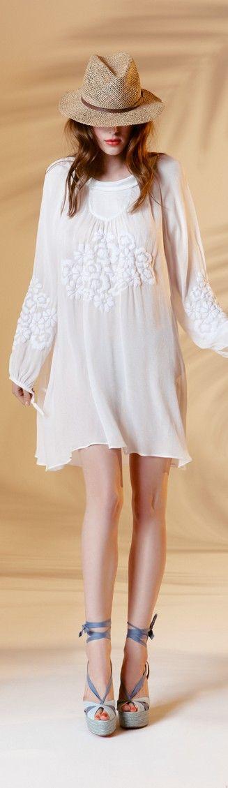 Corfou en robe blanche d'Axara