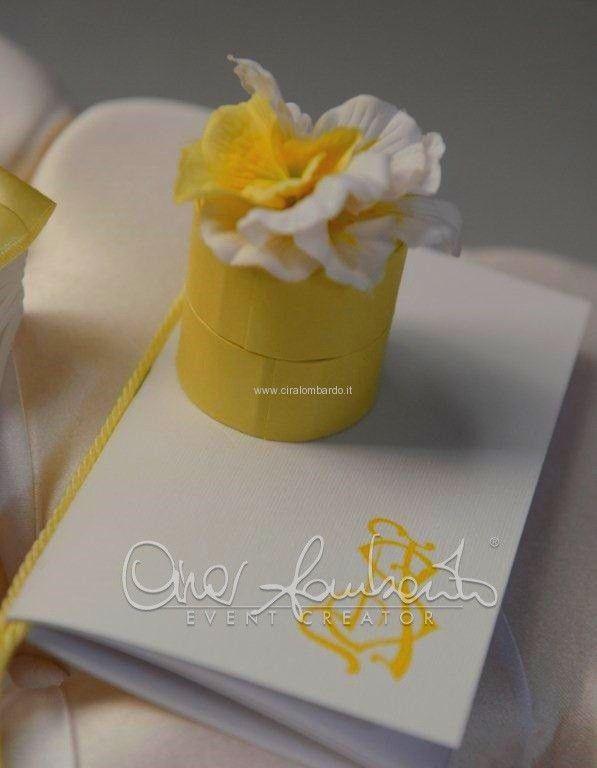 Abbinamenti eleganti nella chiesa degli sposi. Libretto messa, portariso e ventaglio per gli ospiti di nozze | Cira Lombardo Wedding Planner
