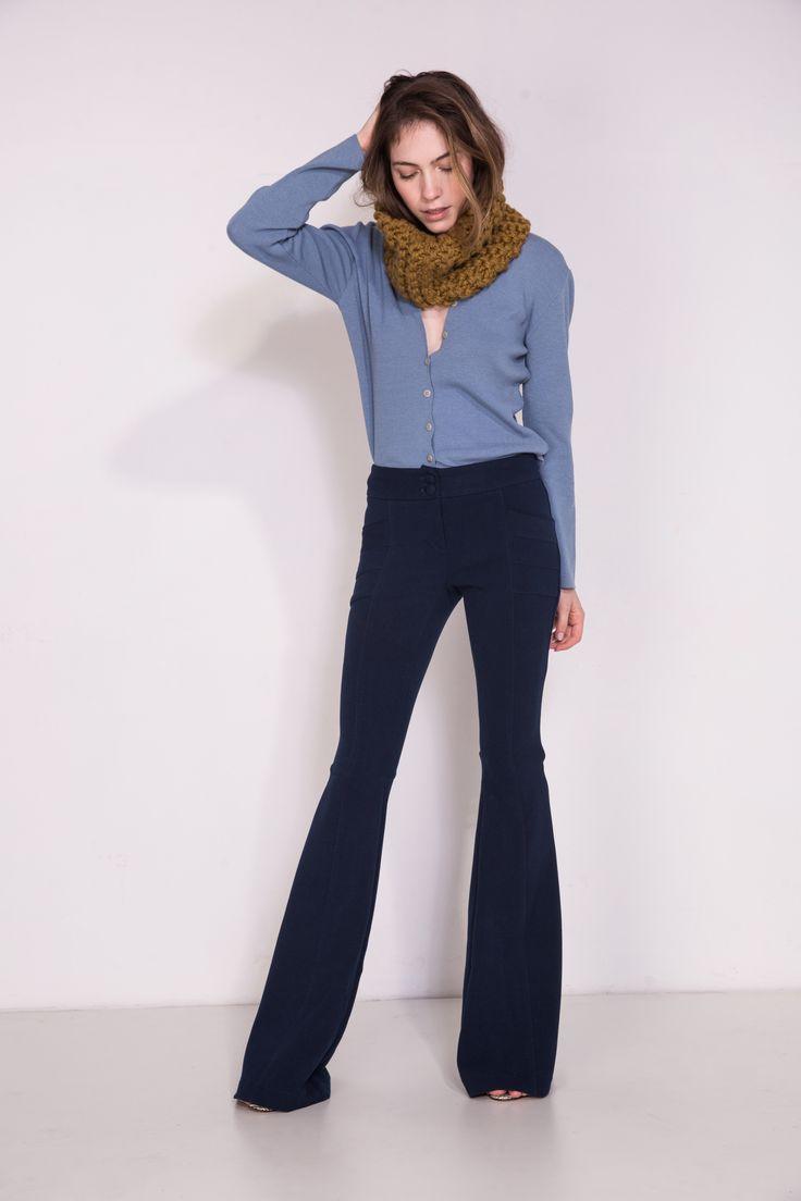 Calça Nice azul marinho. Considerada uma de nossas best seller, a calça Nice é feita na medida certa. Possui um tecido elegante e encorpado.