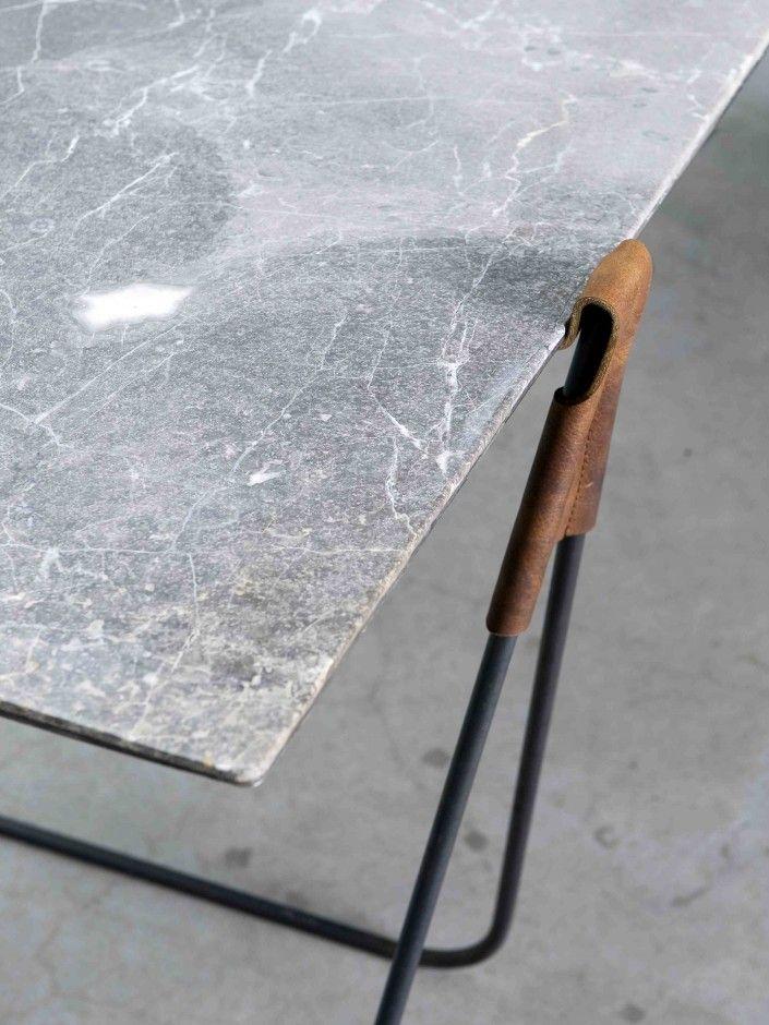 tafelblad hangt op leren banden