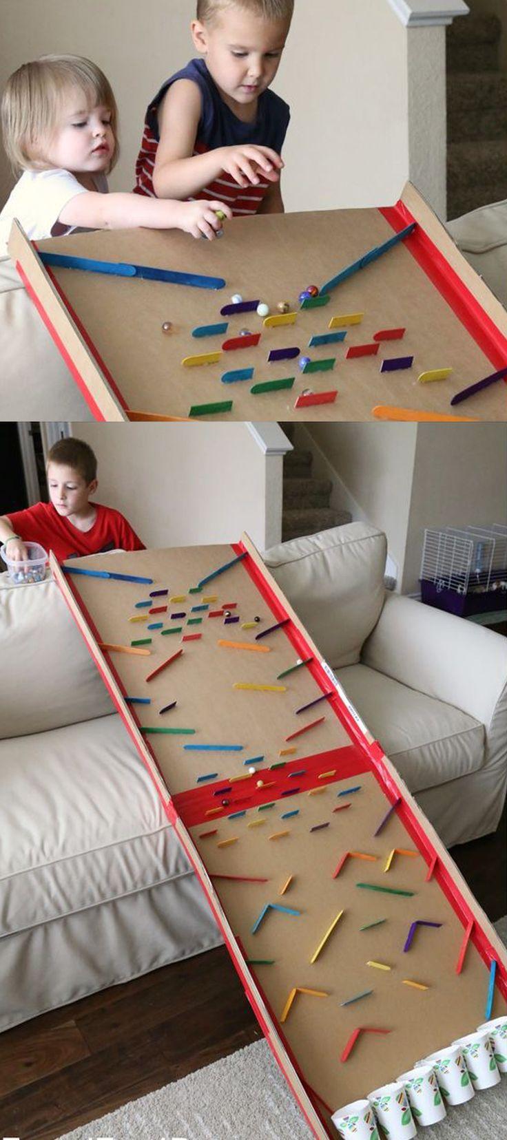 Caja de cartón diseñada como un juego para niños