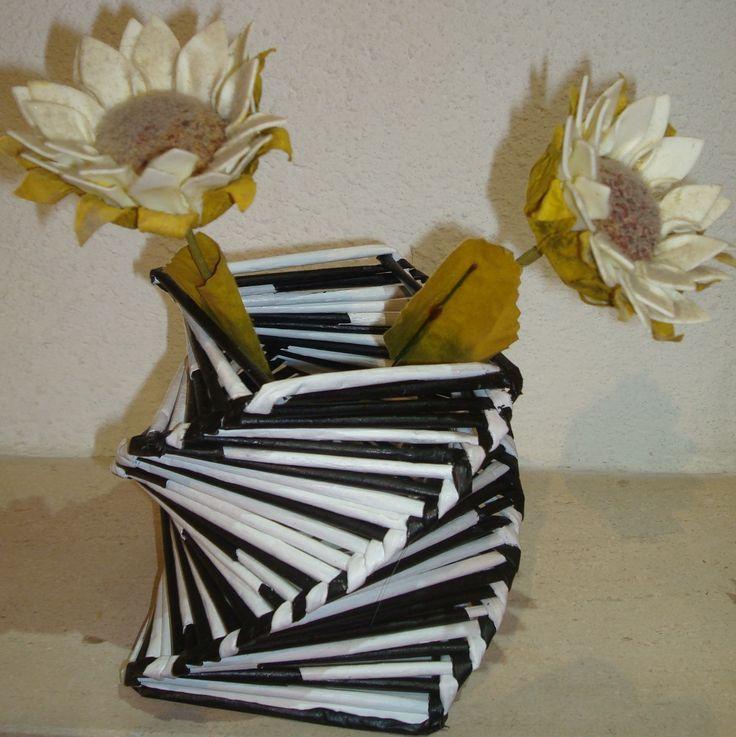 Cesta/Jarra feita com folhas de revista e pintada á mão
