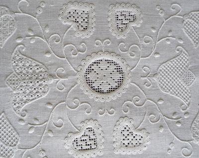 Uno dei primi lavori a ricamo d'Assia. Sotto, un particolare del centro e della sfilatura.