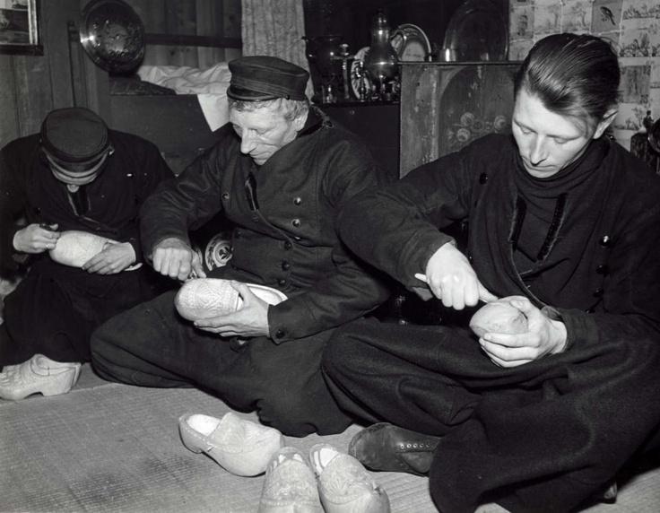Klompenmakers uit Volendam aan het werk. Nederland, 1940.
