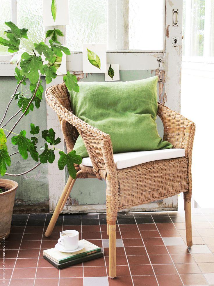 Med en skön rottingfåtölj blir verandan en grön favorithörna i sommar. AGEN fåtölj för inomhusbruk trivs fint på en inglasad altan eller veranda med tak.