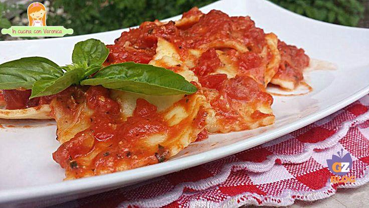 Ecco per oggi una ricetta semplice da realizzare e gustosissima : i ravioli ricotta e spinaci alla pizzaiola! Il condimento particolarmente saporito, l'ho chiamato alla pizzaiola perché è fatto con gli ingredienti che caratterizzano la pizza : pomodori, mozzarella e origano. Vi suggerisco di abbinare al piatto un vino rosso secco, leggero e aromatico : NERO D'AVOLA!
