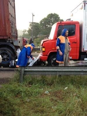 Motociclista morre imprensado entre dois caminhões, na BR-101, no Recife  Carro freou bruscamente para pegar um retorno e provocou acidente.  PRF alerta que o congestionamento na rodovia se estende por 6 km.  Um motociclista de 29 anos morreu no início da manhã desta sexta-feira (8), em um grave acidente no quilômetro 61 da rodovia BR-101, no bairro da Guabiraba, Zona Norte do Recife, no sentido Paulista-Recife. A vítima ficou presa entre dois caminhões e, de acordo com a Polícia Rodoviária