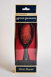 FIn hårborste från det klassiska engelska märket Mason Pearson. Borsten är en mix av nylon och vildsvinshår. Passar personer med normalt till tjockt hår. Mason Pearsonborstarna är riktigt fina och otroligt sköna. En riktig lyxborste! Den här borsten är relativt stor och en rensningsborste medföljer.