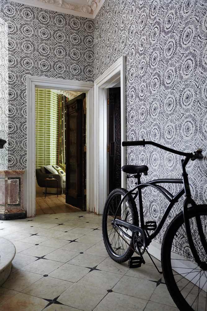 Inspirerande hall med tapet från kollektionen Wabi Sabi 110470. Klicka för att se fler fina tapeter för ditt hem!