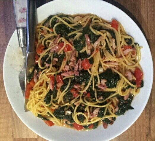 Spaghetti lactosevrij glutenvrij : spinazie, spekjes, rode paprika, pijnboompitten, buffel mozzarella