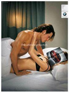 de que el hombre va ha tener rekaciones con esa mujer pensando en un coche que es lo  que a  el realmente le gusta