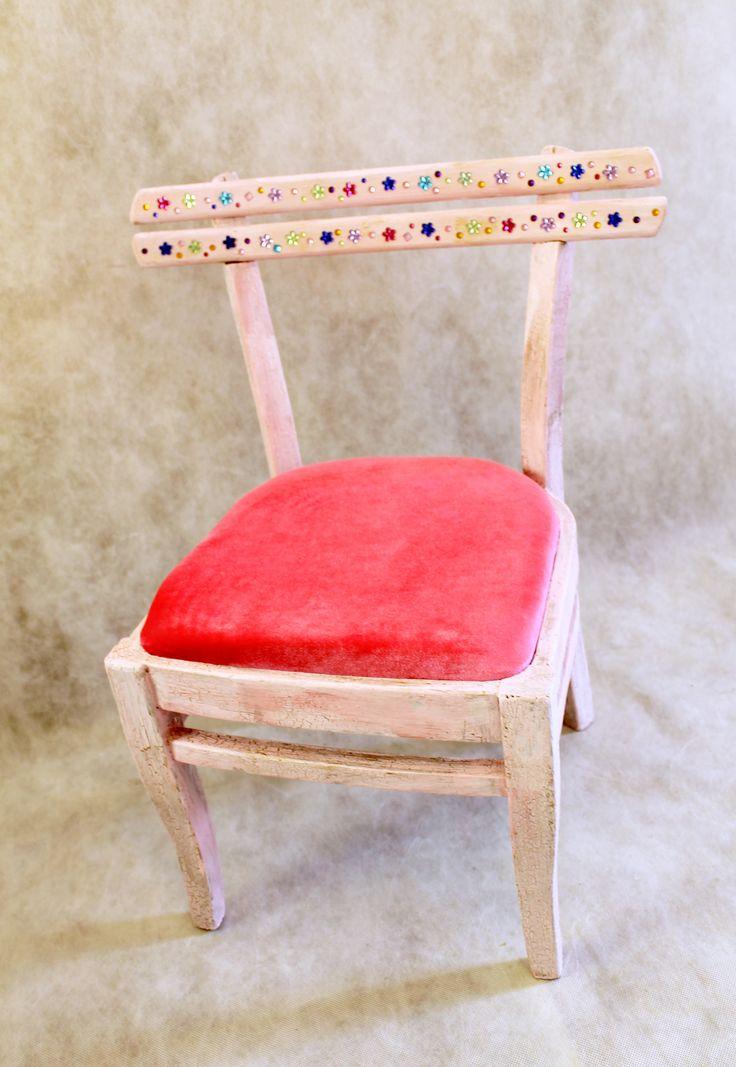 Детский стульчик для маленьклй принцессы! Розовый стульчик с золотыми трещинками, сидение из розового бархата, на спинке переливающиеся цветочки. Высота 52 см Сидение 28х28,5 см 1999р