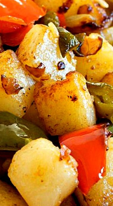A classic side dish made from fried, diced potatoes, red and green bell peppers and other seasonings. ❊