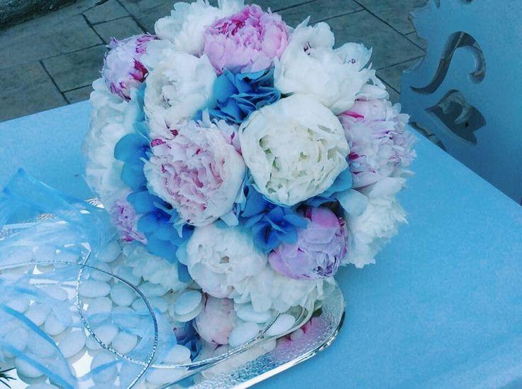 Νυφική ανθοδέσμη με λευκές, ροζ πεονιες και μπλέ ορτανσια
