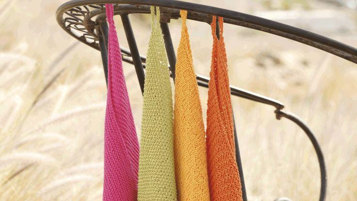 De håndstrikkede håndklæder er total nostalgi som hjemme hos mormor og farmor. De strikkes i forskellige strukturmønstre i ren bomuld og måler ca. 31 x 45 cm. Vælg mellem 4 forskellige
