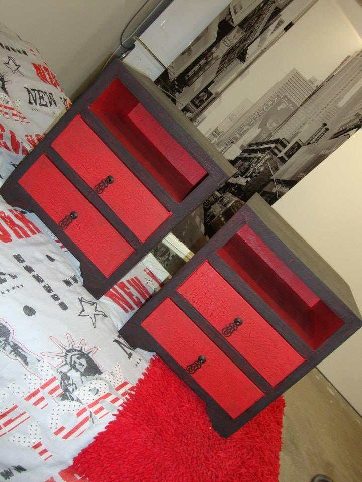 Table de chevet noir et rouge