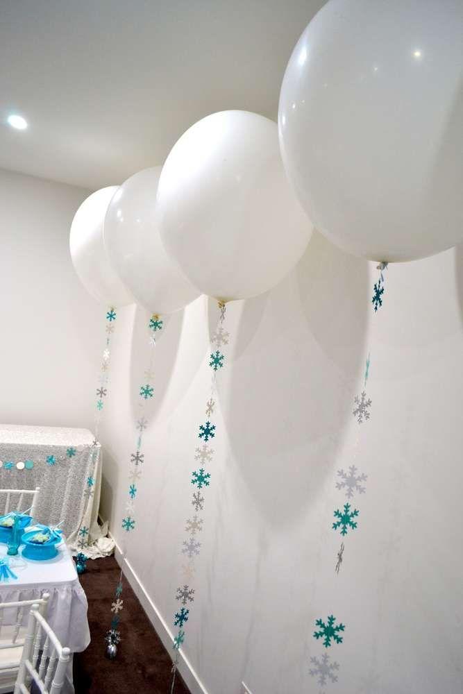 Globos con piolas decoradas para fiesta frozen. #FiestaFrozen