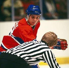 Pierre Larouche est un des 6 joueurs des canadiens à avoir marqué 50 buts en une saison. Accédant à la LNH avec les Penguins de Pittsburgh en 1974-75, il a immédiatement prouvé qu'il représentait une menace autour des filets adverses. Il a terminé au 5e rang chez les marqueurs de son équipe cette année-là, avec 68 pts. Au camp d'entraînement, l'automne suivant, Larouche affirmait ouvertement vouloir marquer 50 buts. Son désir allait devenir réalité.