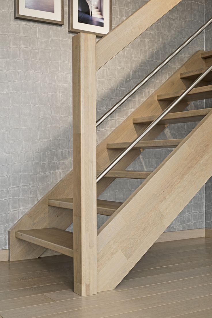 Open rechte trap in hout, gecombineerd met inox