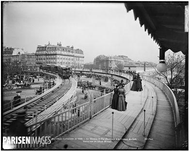 Exposition universelle de 1900. Le chemin de fer électrique et le trottoir roulant au carrefour de l'École Militaire. Paris, 1900.