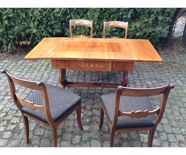 Sofa med bord og 4 stole, med figurer og mønstre i udskåret
