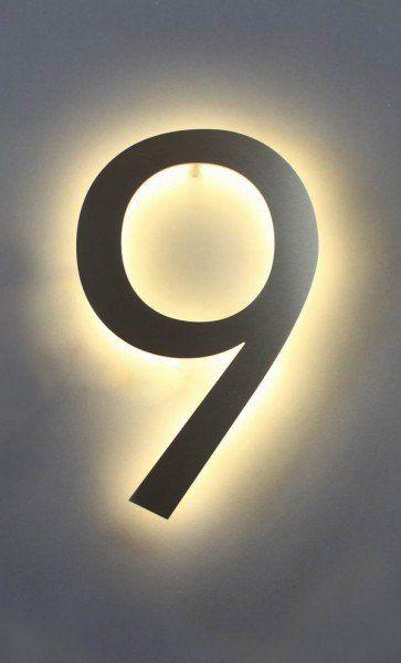 Eine mit LED hinterleuchtete 9 aus Edelstahl als Hausnummer