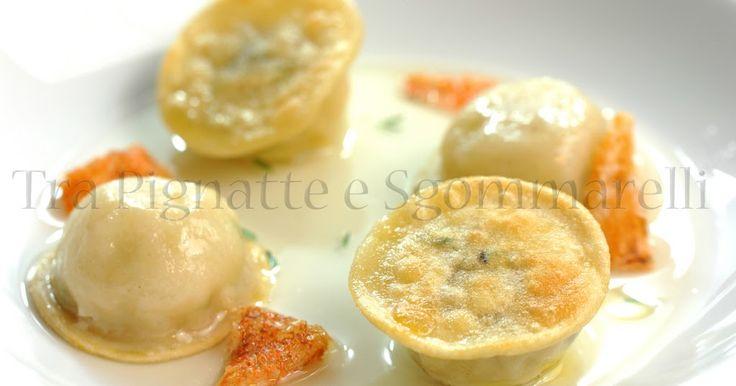 Ravioli 'acqua e farina' croccanti con cuore di scorfano e pistacchi, accompagnati da acqua di pomodoro e pelle croccante