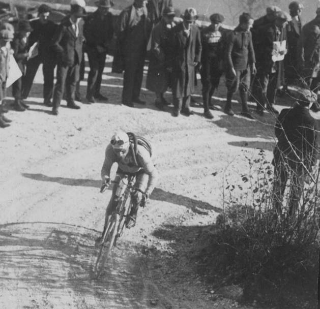 Giro di Lombardia 1925, 4 novembre. Bartolomeo Aymo (1889-1970) in azione sulla salita di Magreglio, nell'edizione del Lombardia 1925 vinta poi da poi da Alfredo Binda (1902-1986) [Archivio Gazzetta]