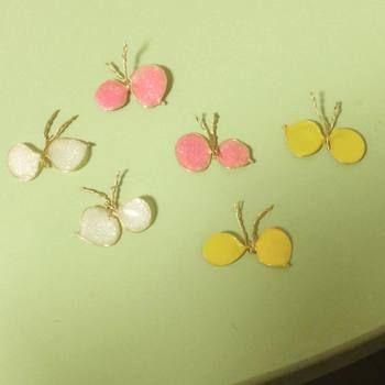 シンプルで華奢な蝶のモチーフです。チェーンをつけてネックレスにしても良さそうですね。