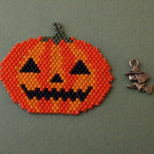 JOYEUX HALLOWEEN! #halloween #lecomptoiraperles #tissage #Miyuki #perles #brickstitch #beads #beadsaddict #perlesaddict #miyukiaddict #DIY #citrouille #pumpkin #handmade #handmadejewelry #faitmain #jenfiledesperlesetjassume #nofilter