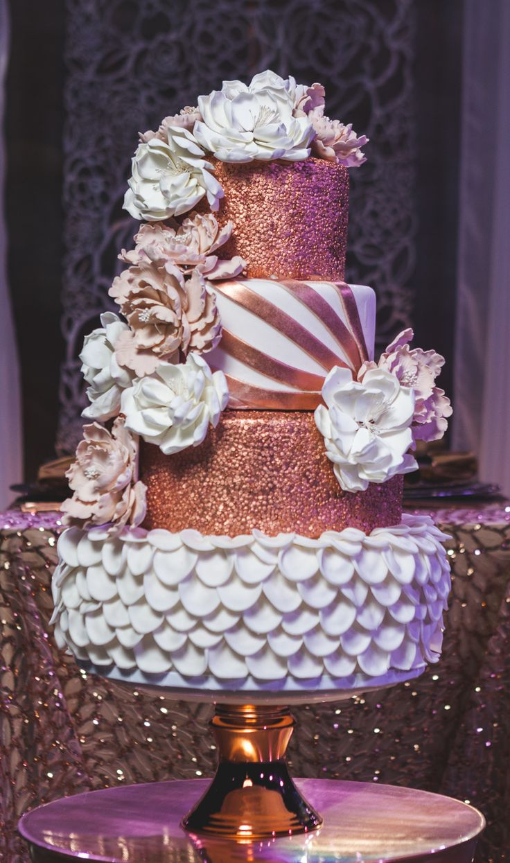 Urban-Chic Cake with Flowers & Copper Details | Photo: Garry G for Uniiqe Pro.