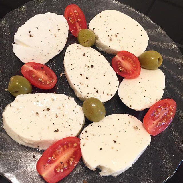 Frukost  #mozzarella #oliver #tomat #lc #lchf #lchfklubben #lchfkostfunkar #lavkarbo #lågkolhydratkost #lowcarbhighfat #lowcarb #lchfkost #lchftjejer #lågkolhydrat #lågkolhydratskost #lchfmyway #hållbarkost #lchfmat #lowcarbstyle #lchfsverige by bebisrosa