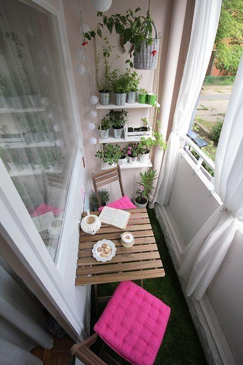 Ich liebe die Einrichtung mit Balkongarten und Tisch und Stühlen