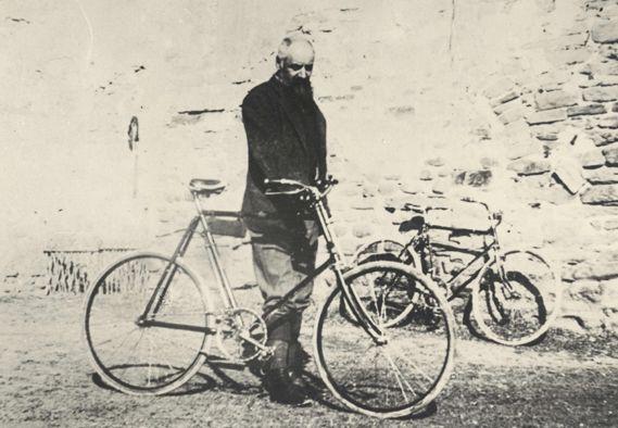 Oriani con la sua inseparabile bicicletta