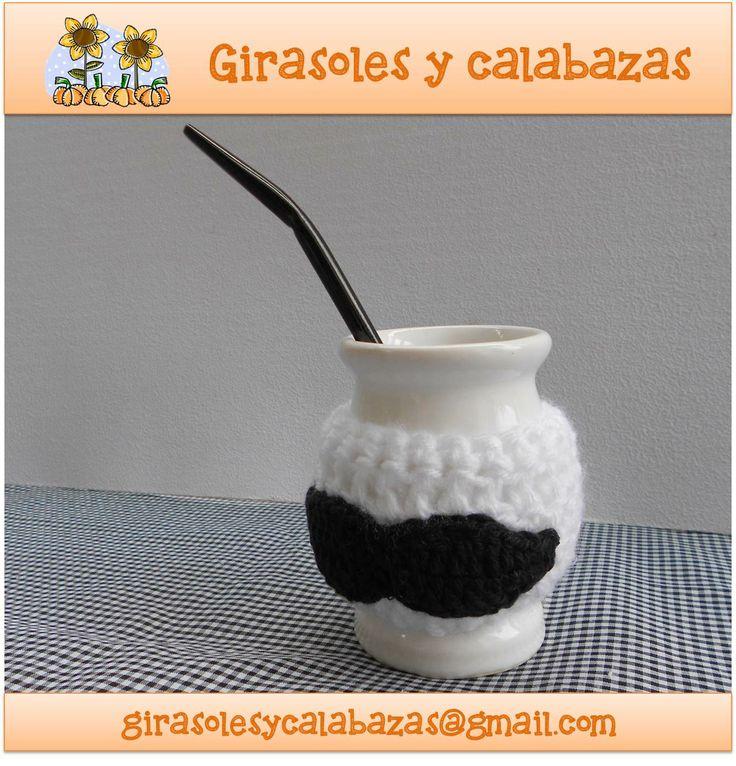 "Mate de cerámica con funda ""mostacho"" en crochet"