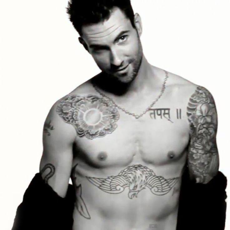 No sabemos si será ese aire de niño malo que le dan a un hombre los tatuajes, la curiosidad que despiertan estos diseños, o simplemente...