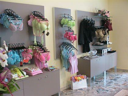 Paneles sistema botones para colgadores y exposición de lencería. www.shelf2000.es