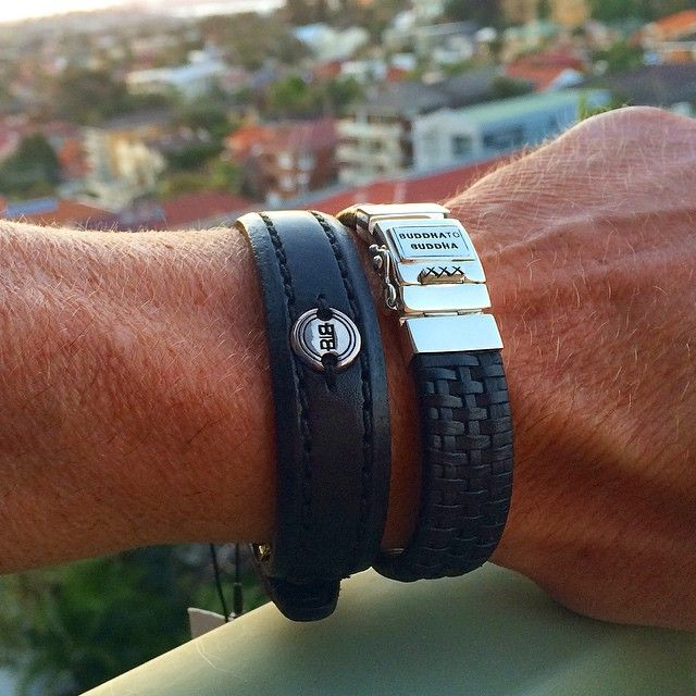 Leren armbanden van Buddha to Buddha. Zwarte armbanden Maarten & Allard met zilveren sluiting.  www.ajuweliers.nl