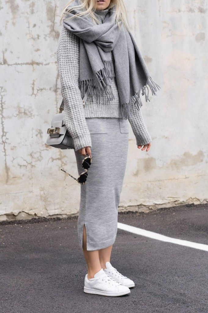 Total look gris et baskets blanches