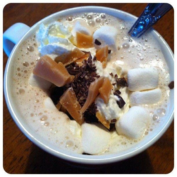 Kakao med litt av hvert til topping:) Nydelig, iflg junior! #kakao #sjokolade #karamell #krem #livet_er_herlig