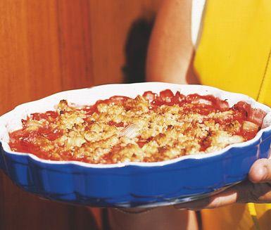 Pappas paj -- Denna paj är en syrlig och frisk smulpaj med jordgubbar och rabarber. Mer midsommar kan det knappast bli!