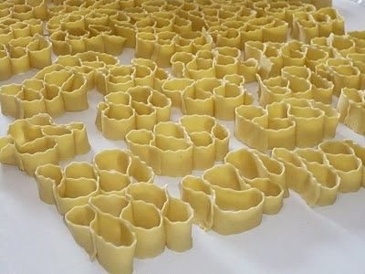 Tipico dolce Sardo del carnevale! Ingredienti: 300 gr di semola 200 gr di farina 00 4 uova 1/2 tazzina di grappa 3 s...