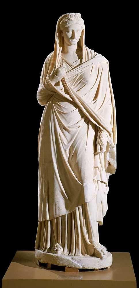 Emperatriz Sabina. Esposa de Adriano.  Escultura romana