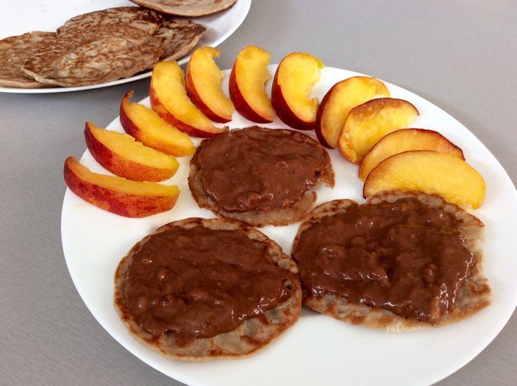 Pohankové lívanečky s banánovo-arašídovo-kakaovou pomazánkou, broskve