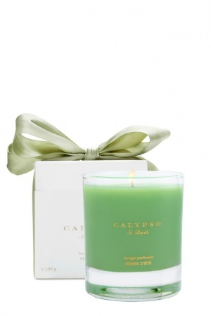 a crisp, green scent, with highlights of cucumber and freshly cut grass and soft florals