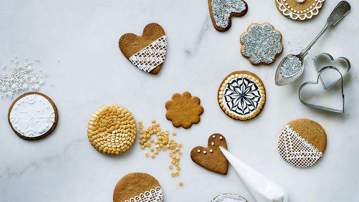 Koristele tänä jouluna piparit herkillä pitsi- ja painokuvioilla sekä valkoisella sokerikuorrutteella ja pikeerillä. Kauniisti koristellut piparit sopivat myös lahjaksi.
