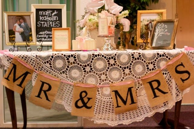 I just love these burlap banners:-) what a cute shower idea.