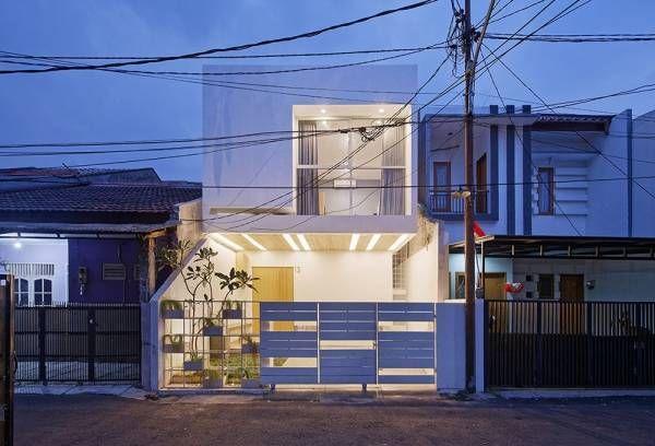 Splow house, singkatan dari Split-Grow House merupakan rumah yang dibangun di daerah Tebet, Jakarta Selatan. Rumah ini m...